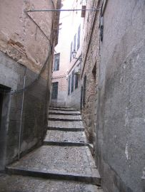 narrow street of toledo