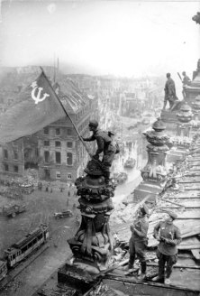 Soviet_flag_on_the_Reichstag_roof
