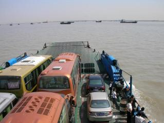 Ferry_on_the_Yangtze_near_Nantong