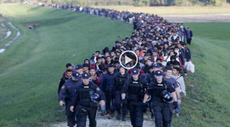 police escorting the refugies to the next frontier